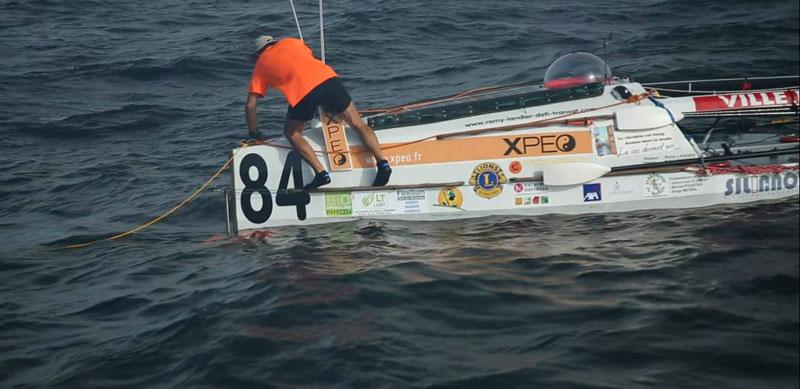 Même en plein océan, Rémy ne quitte pas son T-shirt XPEO ! (source photo :http://www.remy-landier-defi-transat.com/nouvelles-du-9-decembre/)